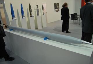 Макет неуправляемого реактивного снаряда FENIX+ калибра 122 мм с максимальной дальностью полета 50 км. ©О.В. Герман