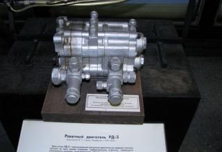 Макет трехкамерного ракетного двигателя РД-3 на жидком топливе.