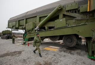 Загрузка в шахту межконтинентальной баллистической ракеты ракетного комплекса РТ-2ПМ2 «Тополь-М»