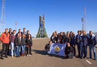 Студенты БГТУ «ВОЕНМЕХ», принимавшие участие в практике на космодроме Байконур на фоне «Гагаринского старта».