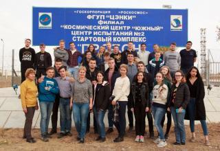 Студенты около стартового комплекса «ПРОТОН»