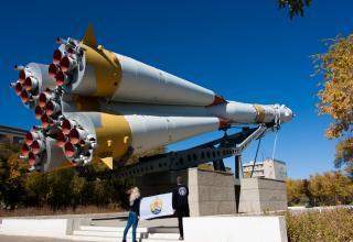 Памятник «ракета-носитель Союз». Ул. Королёва г. Байконур. Монумент установлен в честь 20-летия космической эры.
