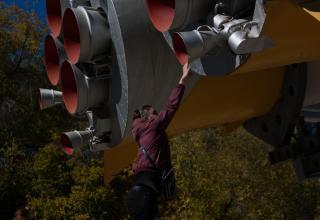 Памятник «ракета-носитель Союз».  Сопла маршевого двигателя первой ступени и рулевые сопла.