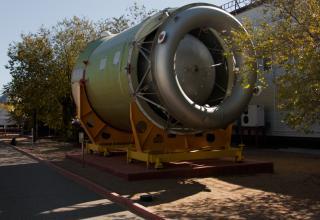 Разгонный блок ДМ. Экспонат представлен в открытой части музея Космодрома Байконур.
