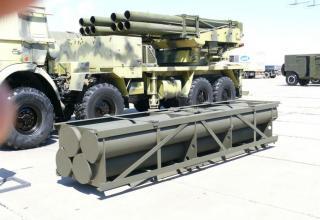 Вид транспортно-пускового контейнера для стрельбы реактивными снарядами серии Extra калибра 300 мм (на переднем плане) и вид арт