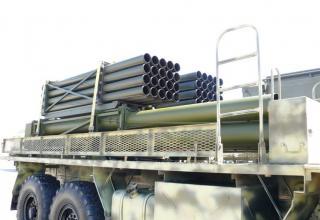 Частичный вид сбоку транспортно-заряжающей машины для транспортировки снаряженных и отстрелянных транспортно-пусковых контейнеро