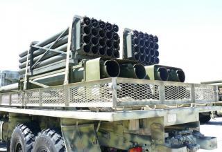 Вид сзади под углом транспортно-заряжающей машины для транспортировки снаряженных и отстрелянных транспортно-пусковых контейнеро