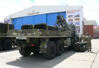 Вид сзади и сбоку транспортно-заряжающей машины для транспортировки снаряженных и отстрелянных транспортно-пусковых контейнеров
