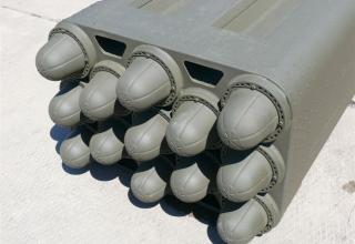 """Вид спереди под углом транспортно-пускового контейнера для стрельбы реактивными снарядами калибра 160 мм РСЗО """"Найза"""""""