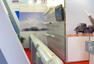 Макет корректируемого реактивного снаряда с кассетной головной части в снаряжении макетами кумулятивно-осколочных боевых элемент