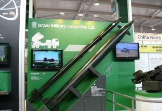 Макет реактивного снаряда с системой ACCULAR(сверху) и макет реактивного снаряда EXTRA калибра 300 мм увеличенной дальности