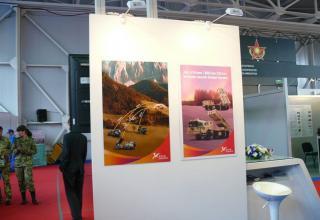 Плакат с информацией о дальностях стрельбы реактивных снарядов для пуска с помощью китайских боевых машин РСЗО (слева) и боевым