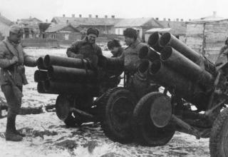 Советские солдаты около захваченных шестиствольных минометов
