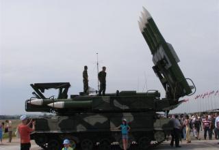 Вид сбоку самоходной огневой установки (СОУ) 9А310 зенитно-ракетного комплекса БУК-М1-2