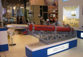 Макет пусковой установки наклонного пуска ракет BRAHMOS