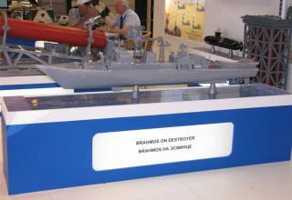 Макет ракеты BRAHMOS на макете эсминца