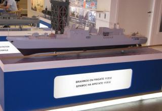 Макет ракеты BRAHMOS на макете фрегата 1135.6