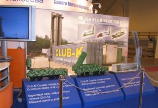 Макеты машины связи и управления, самоходной пусковой установки берегового комплекса ракетного оружия Club-М и контейнерного ком