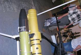 Вид головной части противотанковой ракеты ПРАКТ и контейнера для нее