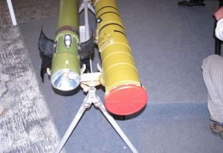 Вид хвостовой части противотанковой ракеты ПРАКТ и контейнера для нее