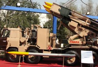 Вид макета боевой машины Pinaka и макета неуправляемого реактивного снаряда калибра 214 мм