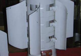 """Макет блока стабилизатора для корректируемых реактивных снарядов реактивной системы залпового огня """"Смерч""""."""