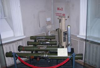 """С заднего плана к переднему и сбоку справа. 1 – макет ручного противотанкового гранатомета РПГ-18 """"Муха""""; 2 – макет ручного прот"""