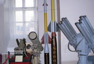 """Слева направо. Макет зенитной управляемой ракеты 9М311 зенитного пушечно-ракетного комплеса """"Тунгуска""""."""