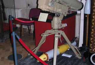 """Макет пусковой установки противотанкового ракетного комплекса """"Корнет-Э"""" и противотанковой управляемой ракеты 9М133-1."""
