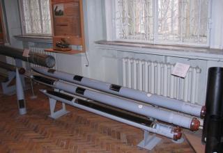 Макеты неуправляемых реактивных снарядов калибра 122 мм. Сверху вниз: М-21ОФ (индекс 9М22У), 9М521 и 9М28Ф для БМ типа БМ-21