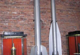 Макет ракеты 09 с первым в СССР двигателем на ракетном топливе (слева) и макет ракеты ГИРД-10 с первым в СССР ЖРД.
