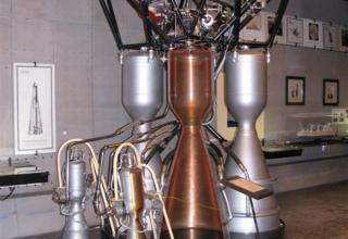 Вид макета жидкостного ракетного двигателя РД-107