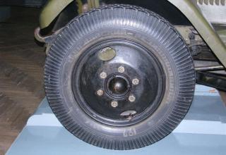 Вид переднего колеса шасси установки М-13