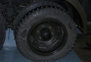 Вид первого заднего колеса шасси установки М-13