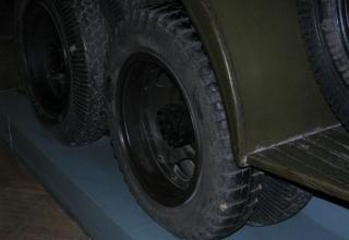 Вид задних колес шасси установки М-13