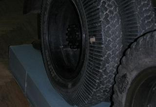 Вид второго заднего колеса шасси установки М-13