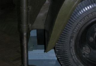 Вид сбоку правого домкрата шасси установки М-13 (при осмотре сзади)