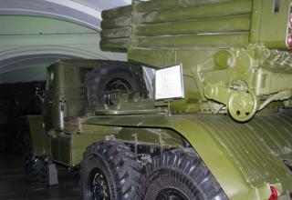 Вид сбоку боевой машины (БМ) БМ-21 Полевой реактивной системы М-21 (более известна как РСЗО