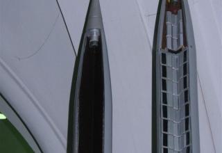 Виды головных частей макетов НУРС М-21ОФ (осколочно-фугасная ГЧ, слева) и НУРС МЗ-21 (зажигательная ГЧ, справа)