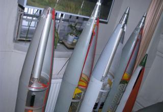 Макеты головных частей неуправляемых реактивных снарядов калибра 220 мм для РСЗО