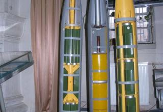 Макеты головных частей (справа налево) 9Н254, 9Н128С, 9Н128К2 НУРС 9М59, 9М27С, 9М27К2 калибра 220 мм для РСЗО