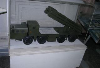 Уменьшенный макет боевой машины 9А52 РСЗО