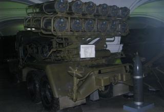Вид сзади боевой машины БМ-24 и турбореактивного снаряда калибра 240,6 мм