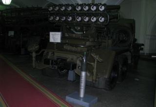 Вид сзади боевой машины БМ-14 и турбореактивного снаряда калибра 140 мм