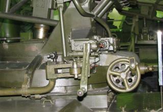 Вид рукояток подъемно-поворотного механизма боевой машины БМ-14