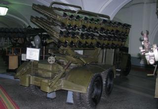 Вид сзади и сбоку боевой машины БМ-8-48 на доработанном (модифицированном) шасси грузового автомобиля ЗИС-6