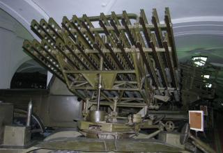 Вид спереди под углом артиллерийской части БМ БМ-8-48 на доработанном (модифицированном) шасси грузового автомобиля ЗИС-6