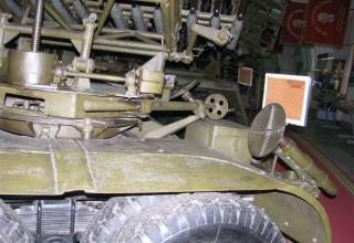 Вид домкрата и части элементов конструкции артиллерийской части боевой машины БМ-8-48