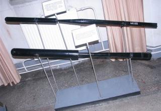 Сверху вниз: макет 2-дюймовой пироксилиновой ракеты обр. 1877 г. и макет 3-дюймовой спасательной ракеты констр. Константинова