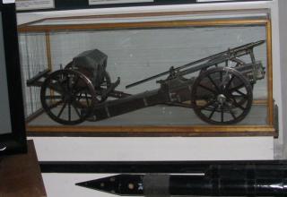 Модель пускового станка лафетного типа с передком для ракет Конгрева XIX века
